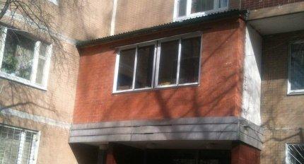 Балконы в подъездах жилых домов.